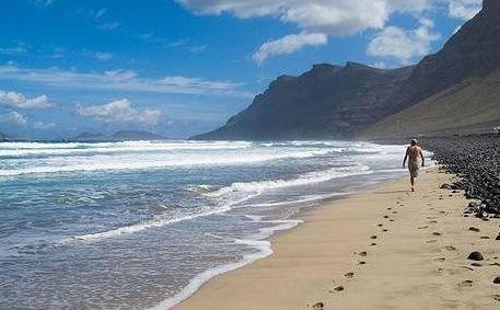 Mejores playas nudistas de Lanzarote Famara